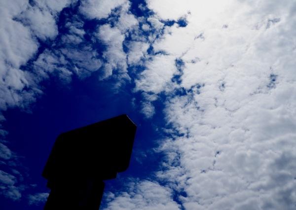 enseigne dans les nuages