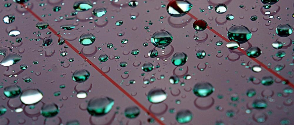 gouttes de pluie entre les lignes