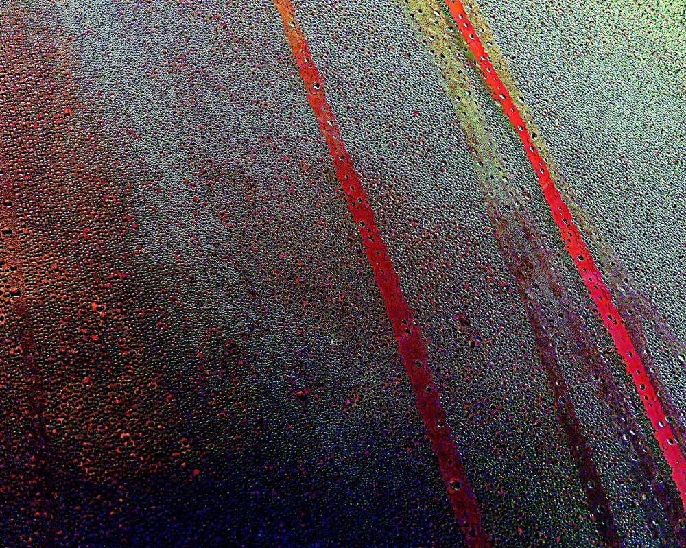 les lignes rouges sous la pluie