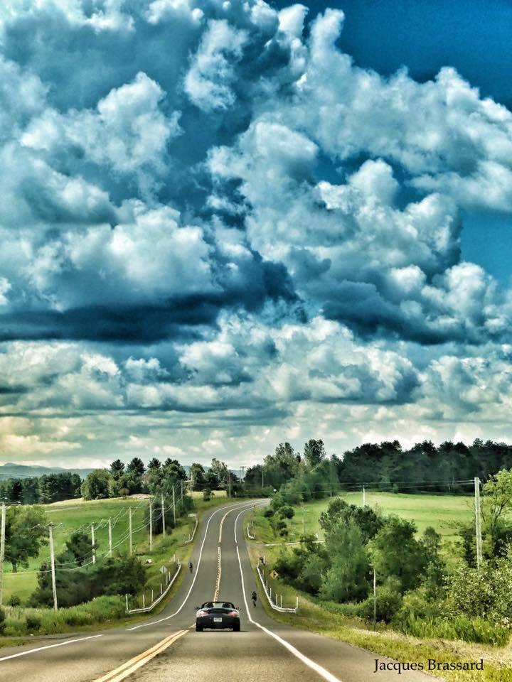Les nuages et le ruban de route