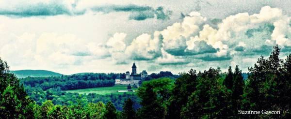 vue au loin de l'Abbaye St-Benoit