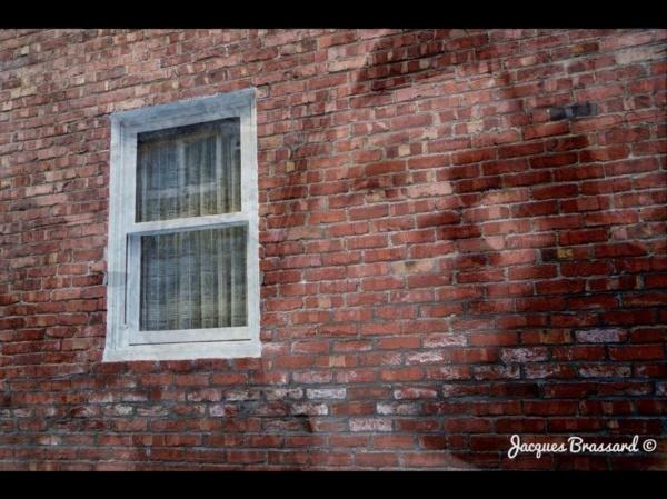 Visage dans un mur