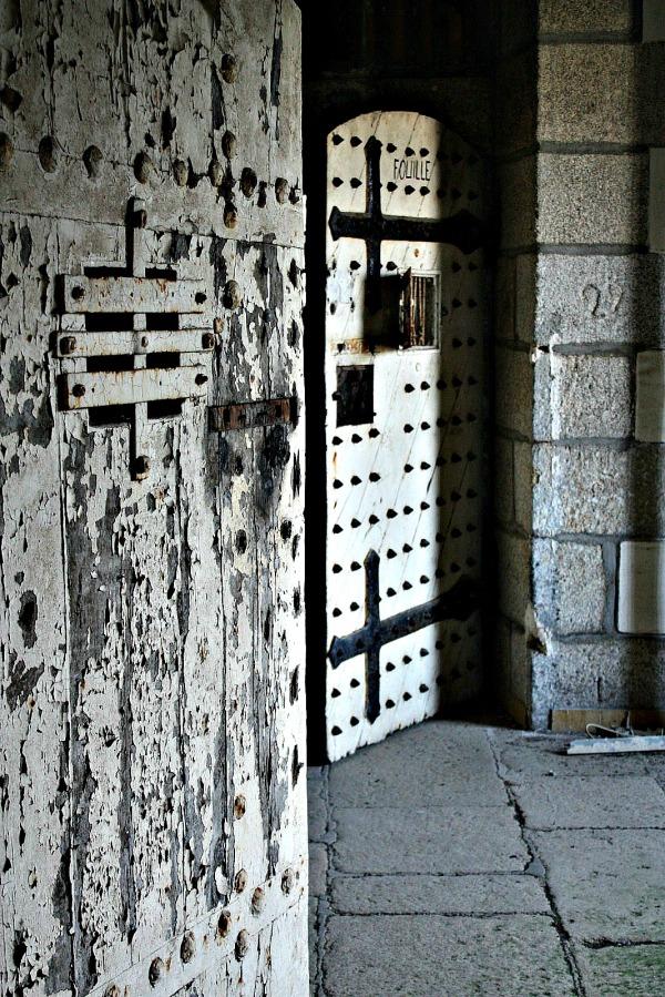 les fouilles, la fouille, urbex, porte de prison