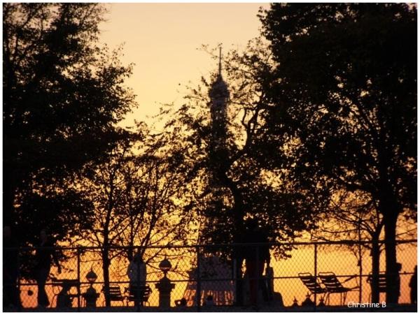 La Tour Eiffel joue à cache cache