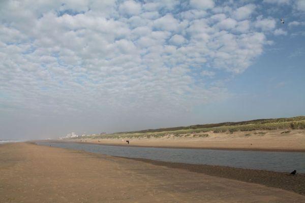 wolken aan zee
