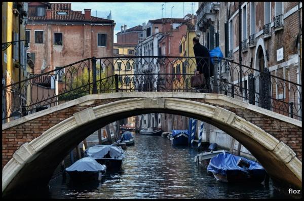 Jette ton cartable dans le canal,