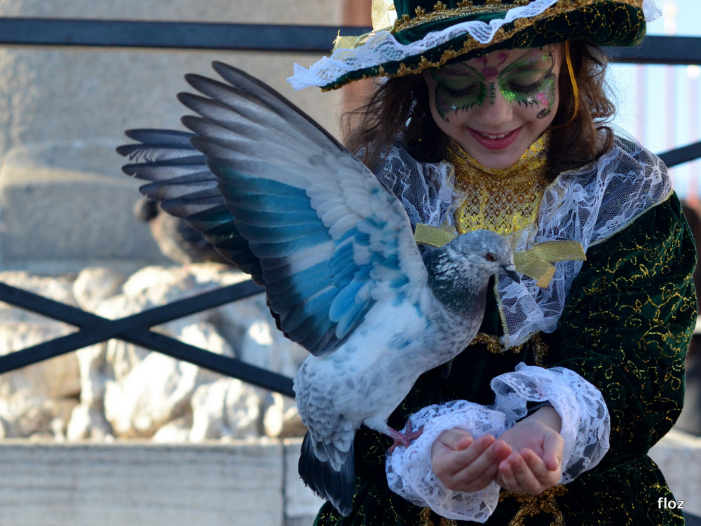la petite fille heureuse et l'oiseau bleu