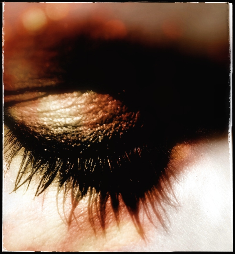 les yeux baissés