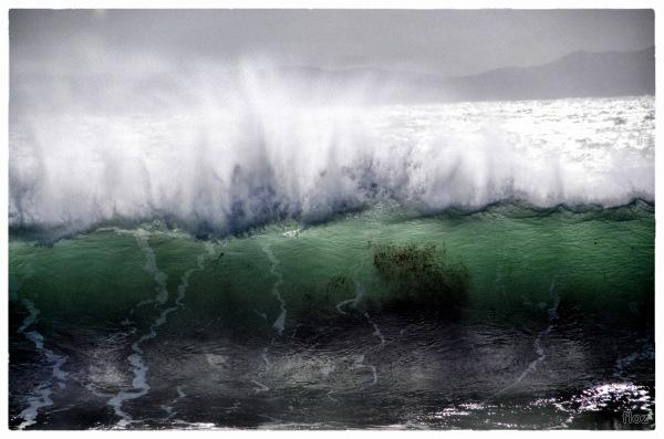 être soulevé par la vague