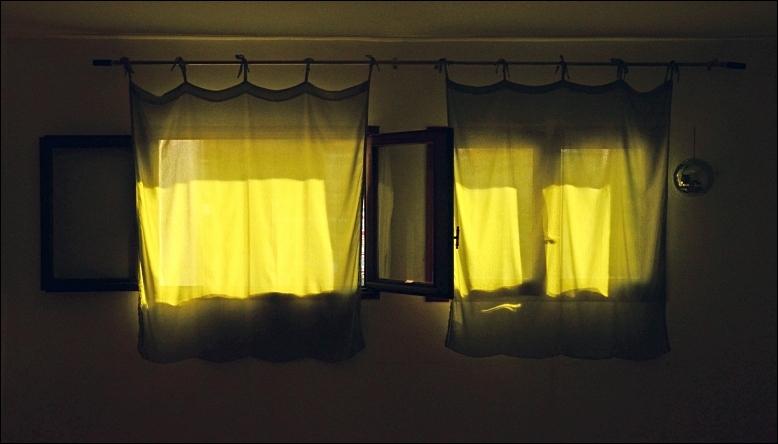 fenêtre rideaux jaunes corse
