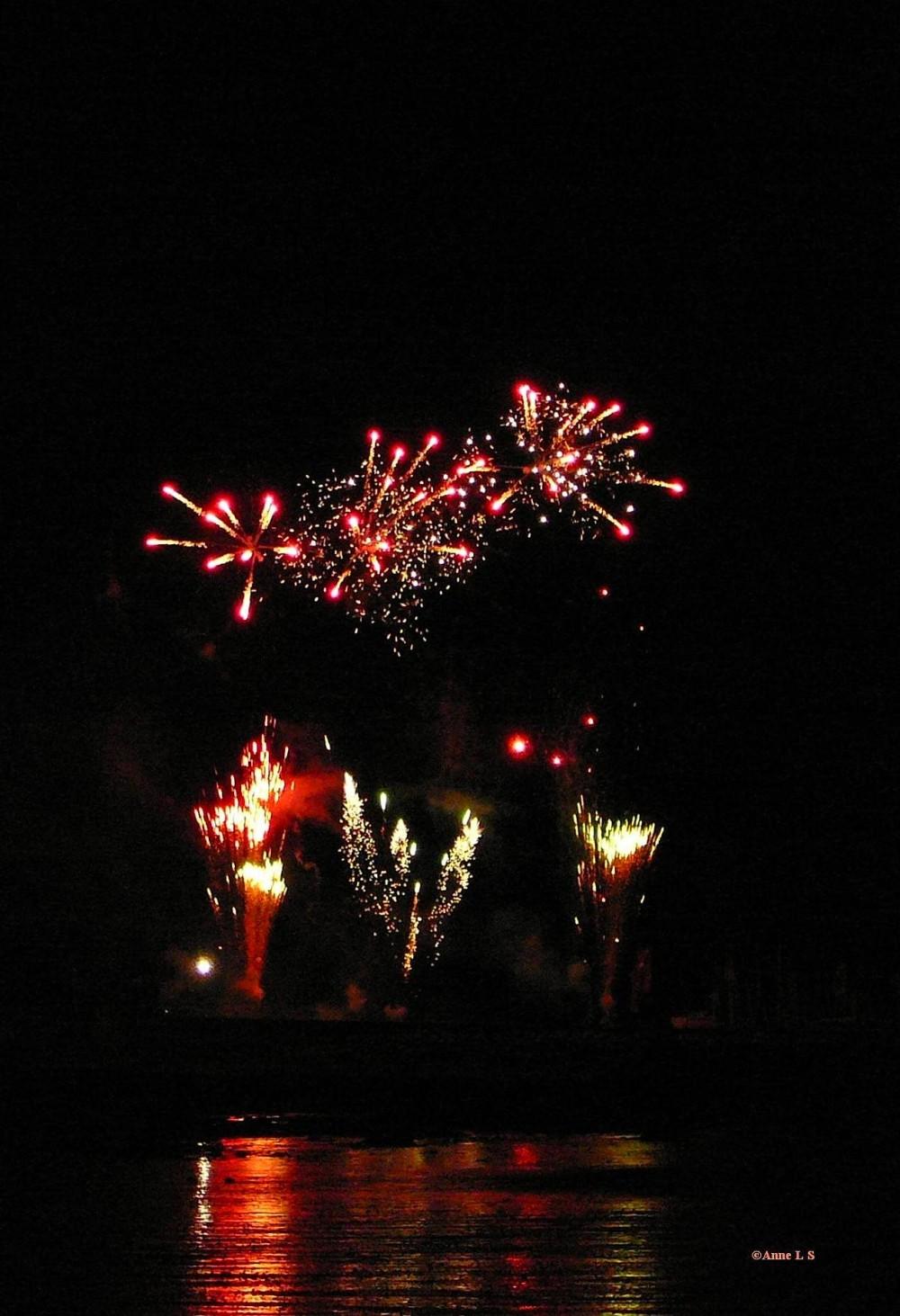 feu artifice eau reflet lumières