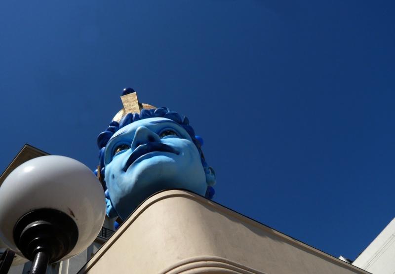 Tête bleue sur bleu.