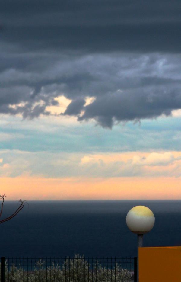 A l'Horizon , la Pluie.