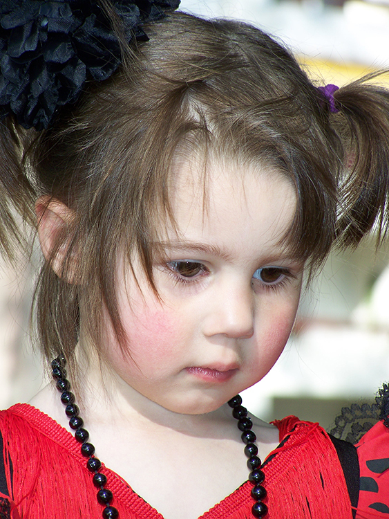 La petite fille aux perles noires