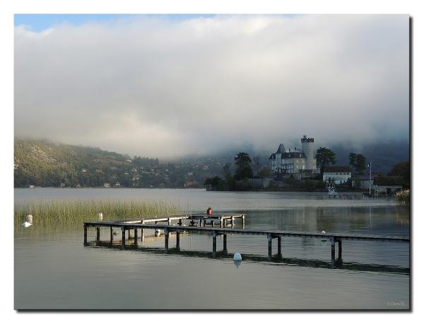 Le jour se lève sur le lac