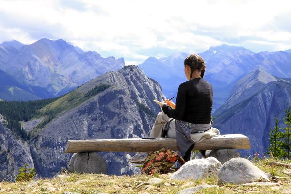 Jeune femme dessinant les montagnes