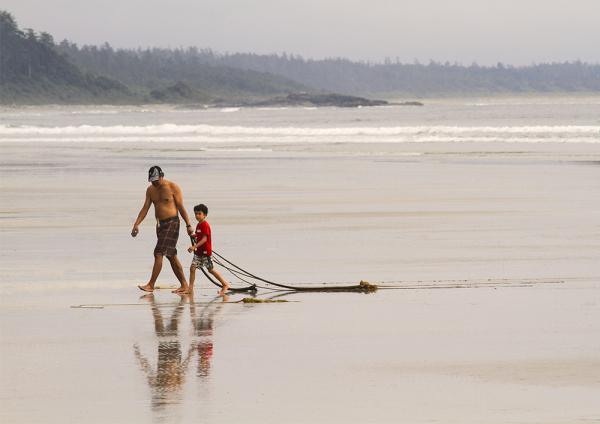 père et fils sur la plage sur le Pacific Rim