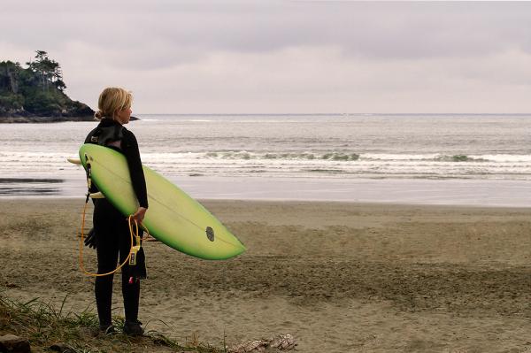 jeune femme et sa planche de surf