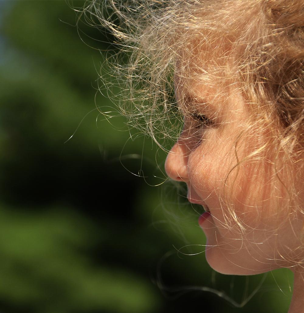 jolie fillette sous le soleil d'été