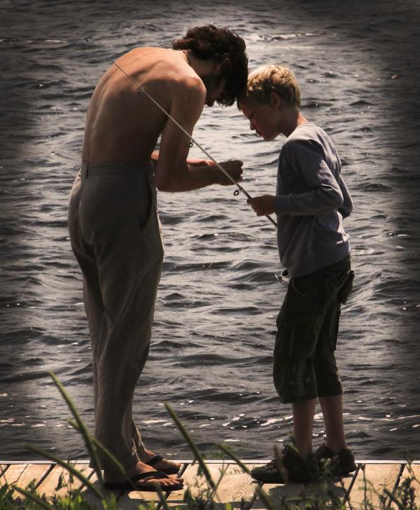 père et fils pêchant