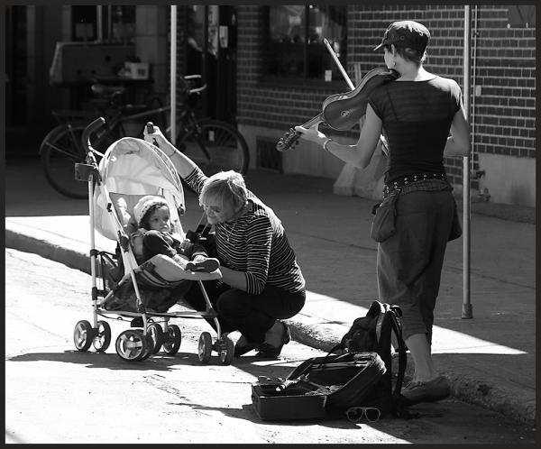 un enfant et une musicienne