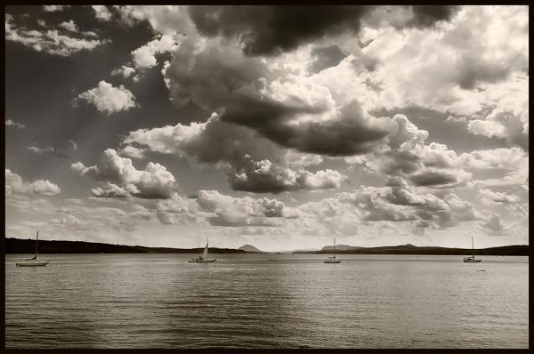 nuages menaçants sur le lac