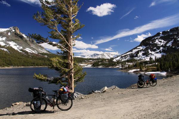 2 vélos au bord du lac