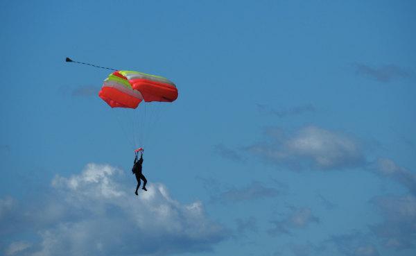 Un parachutiste jouant à saute-nuage!