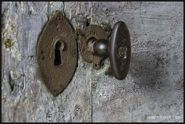 Keyhole and knob