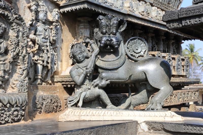 Statues du temple de Belur.