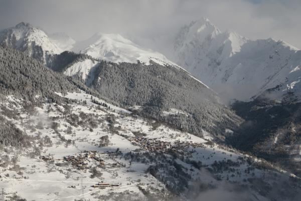 Neige et nuages sur la montagne.