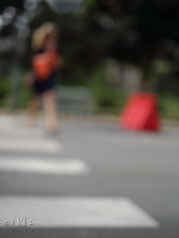 clyk red handbag blurred sac main rouge flou