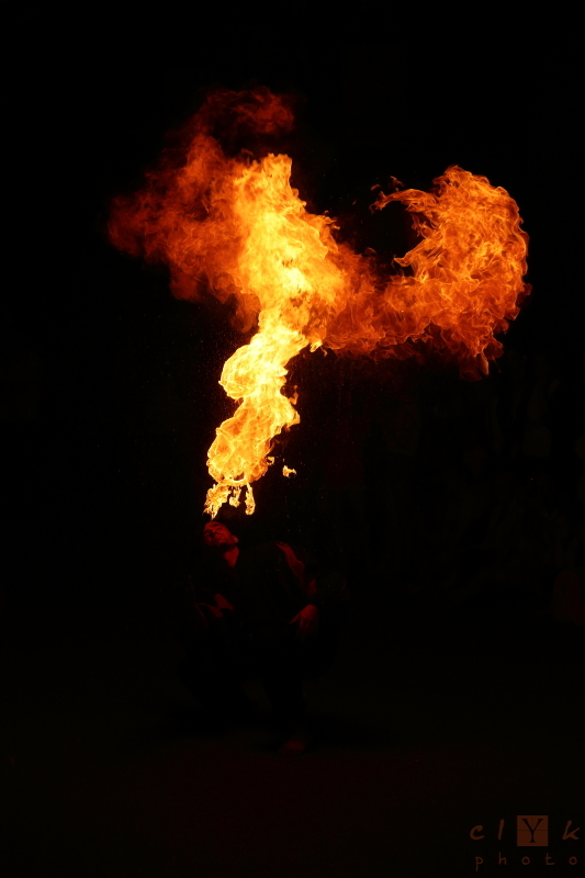 clyk show strret spectacle rue fire eater cracheur