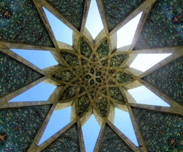 نمایی از بنای زیبای آرامگاه عمرخیام در نیشابور
