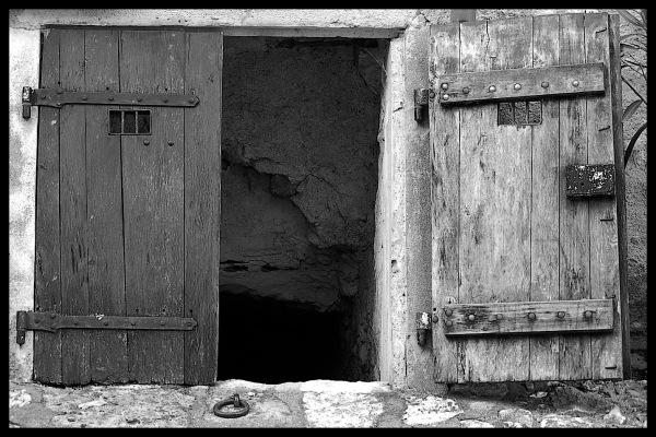 Porte d'une cave à Charroux dans l'Allier