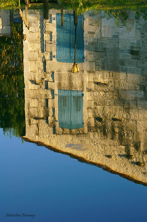 reflet de maison dans l'eau
