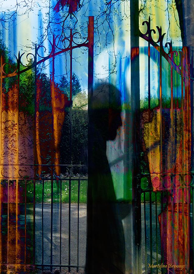 un homme ouvre la grille du jardin