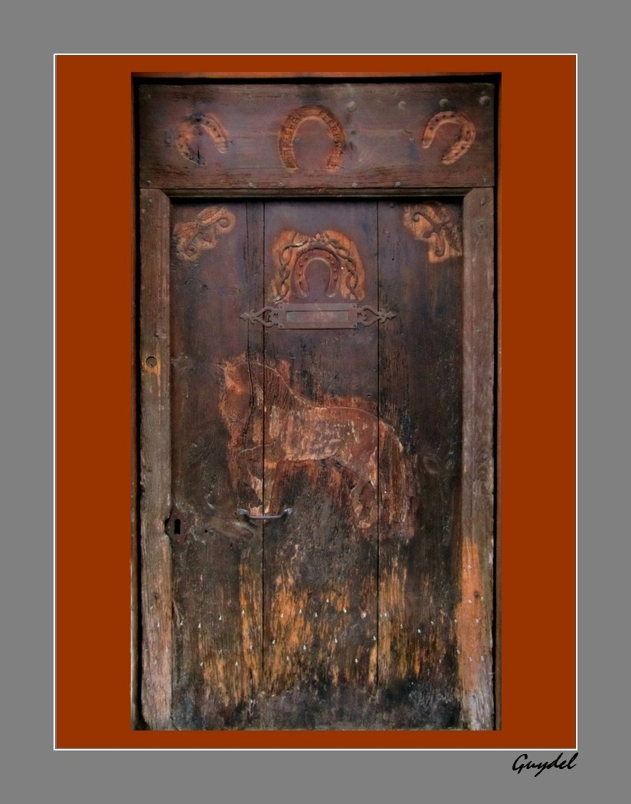 porte sculptée à Fayence ( Var )