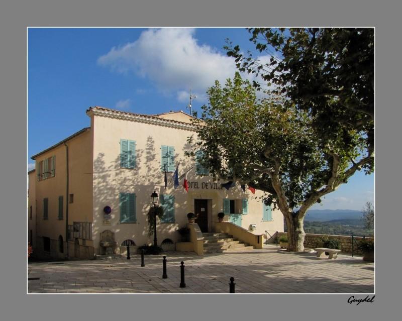 Tourrettes ( Var ) : La Mairie un Dimanche