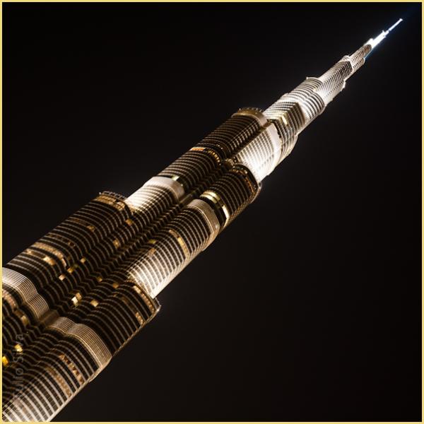 Night photo of the Burj Khalifa in Dubai