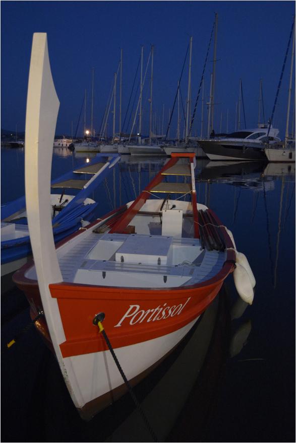 Barque rouge à l'heure bleue