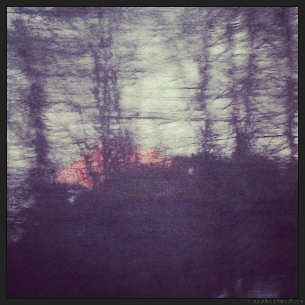 Soleil couchant sur montagne dressée