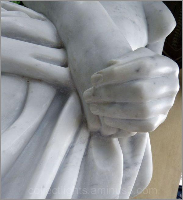 Caché dans ses mains repliées