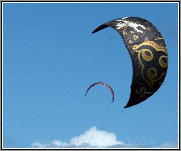 Voiles au vent sur ciel bleu