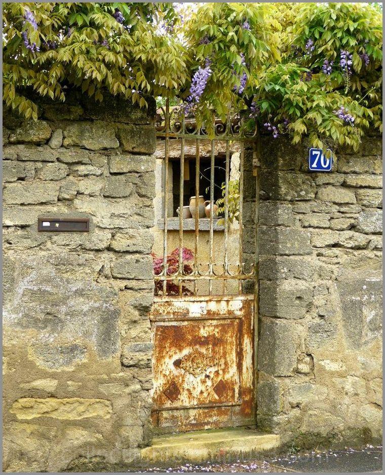 Au bord de la rue, un portail ouvre sur le passé
