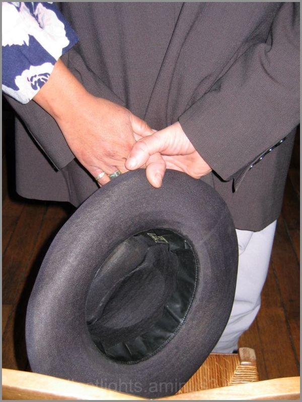 Un chapeau comme témoin