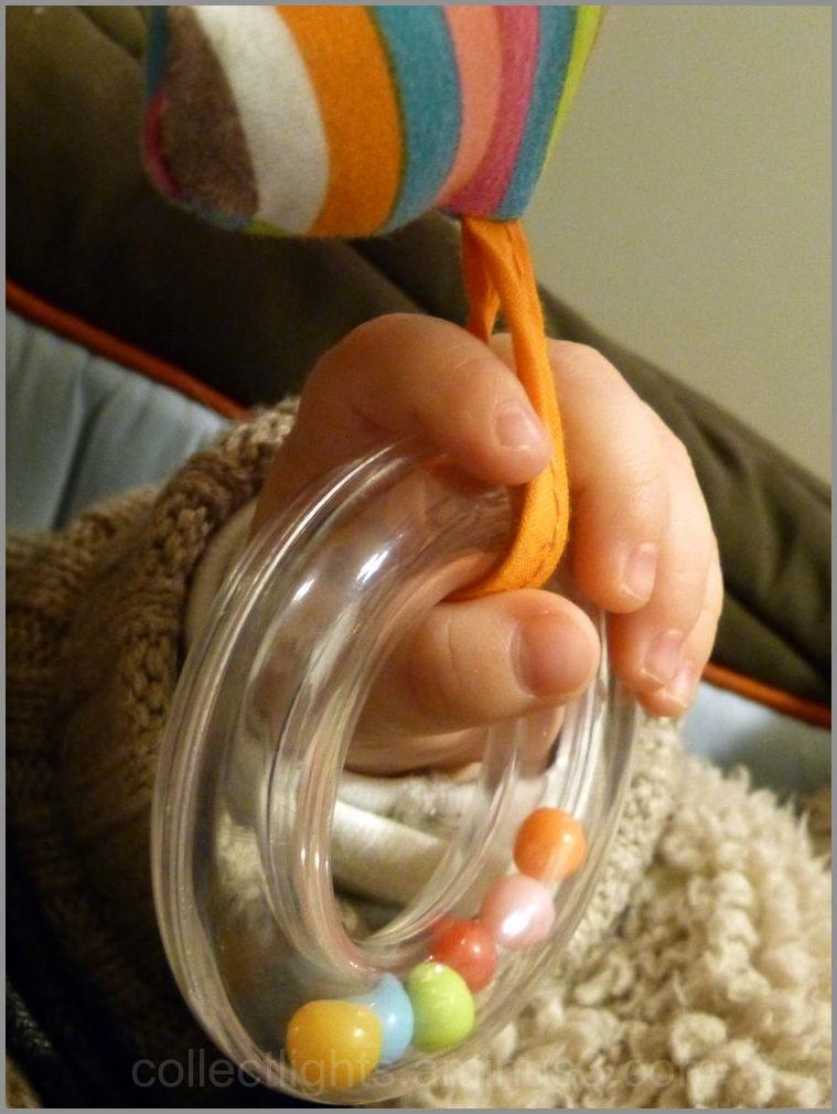 Retenir dans sa main quelques billes en couleur