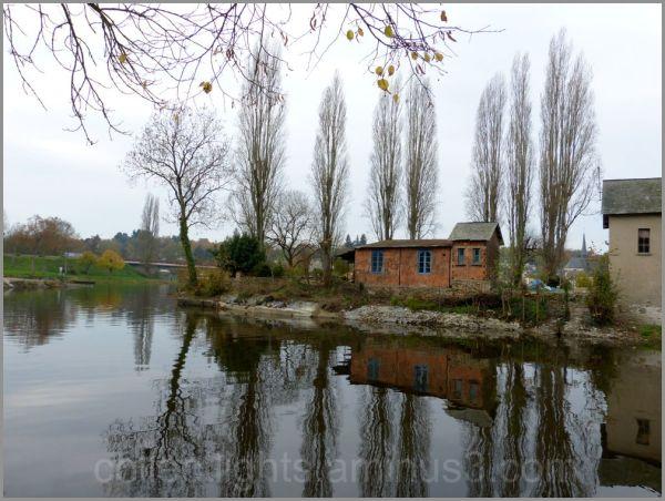 Au bord de la rivière en hiver