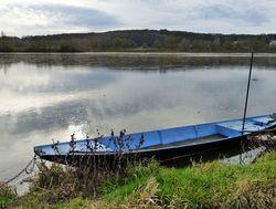 Le bleu de la barque égaie le ciel gris