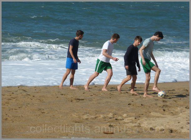 foot à la plage entre amis